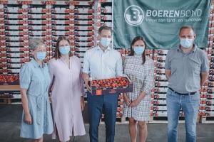 Le Premier ministre rend visite à un producteur de fraises