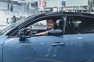 Eerste Minister rijdt nieuwe elektrische wagen van de band